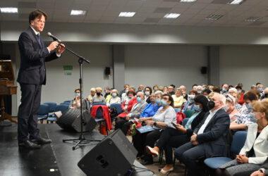 Poseł Tomasz głogowski przemawia do zgromadzonej publiczności.