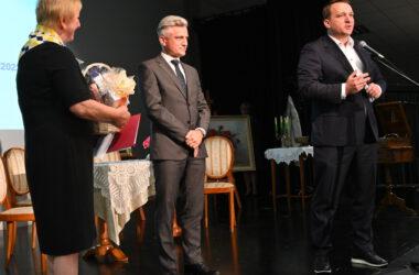 Przewodniczący Rady Powiatu, Wicestarosta oraz Pani prezes Tarnogórskiego Stowarzyszenia Uniwersytet Trzeciego Wieku.