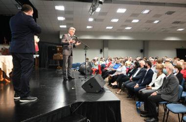Na scenie Wicestarosta, Sebastian Nowak. Przemawia do zgromadzonej publiczności.