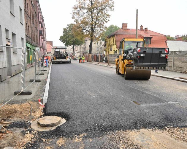 Zdjęcie wyróżnione wpisu - Ulica Sobieskiego: pierwsza warstwa asfaltu już na miejscu