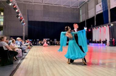 Para tańcząca tango. W tle publiczność.