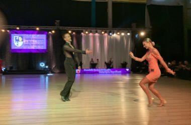 Para taneczna w ruchu.