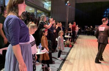 Publiczność na gali tańca towarzyskiego w Hali Sportowej.