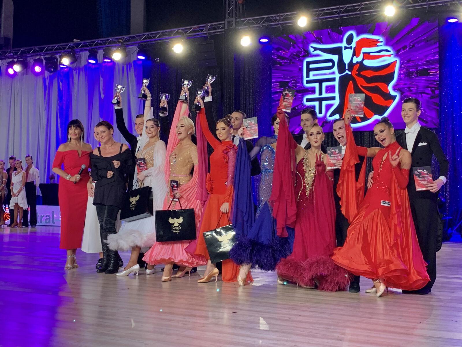 Nagrodzone pary taneczne z trofeami towarzystwie Iwony Pavlović i Katarzyny Wodeckiej.
