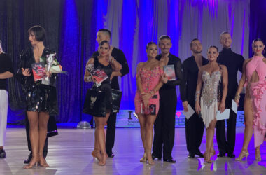 Nagrodzone pary taneczne z trofeami.