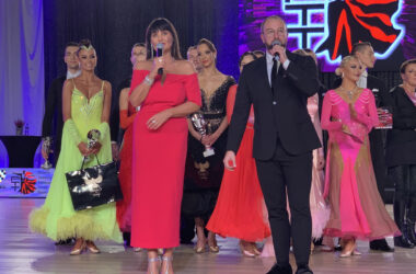 Iwona Pavlović i Arek Deierling z nagrodzonymi tancerzami w tle.