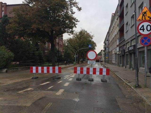Zamknięta droga ze znakiem zakazu ruchu w obu kierunkach.